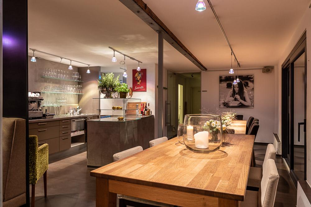 Cafe-Marly-Flein-Innenraum-Blick-auf-Theke