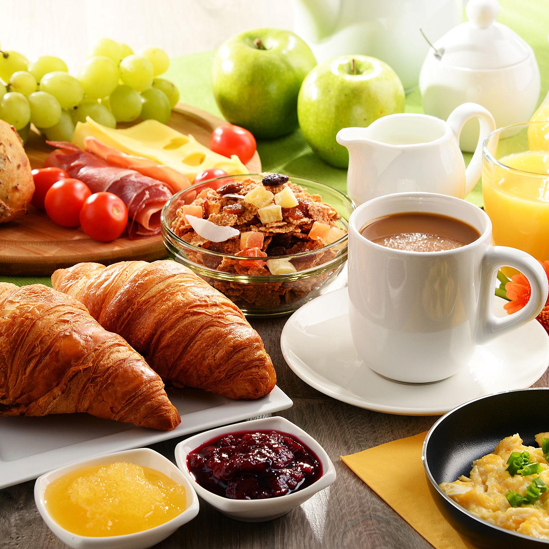 Fruehstueck mit Croissant, Kaffee, Muesli,