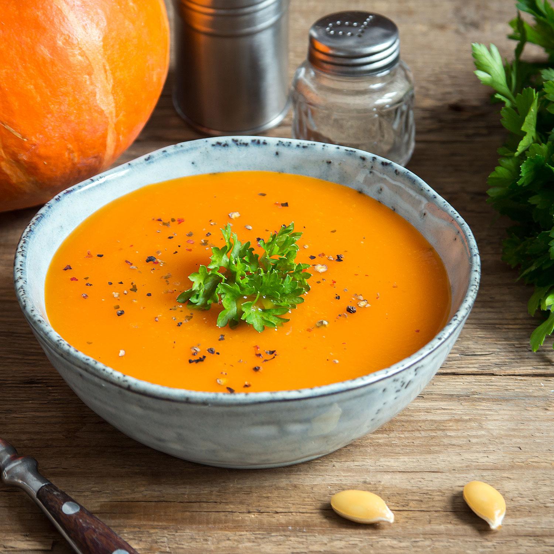 Suppenschale mit Kürbissuppe