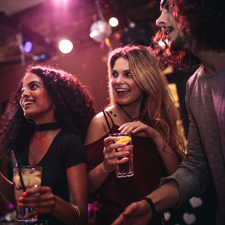 junge Leute tanzen in Bar