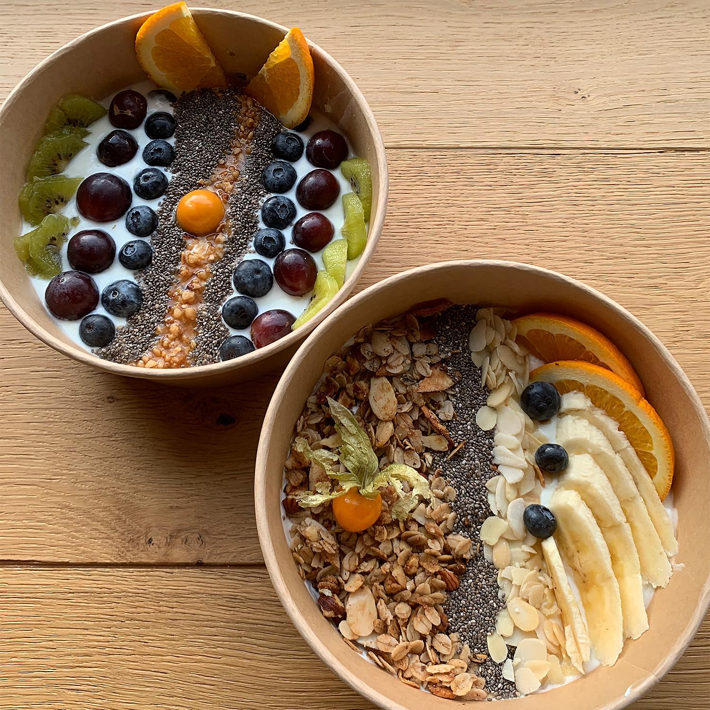 Fruehstuecks-Bowl-Granola-Muesli-Joghurt-mit-Obst