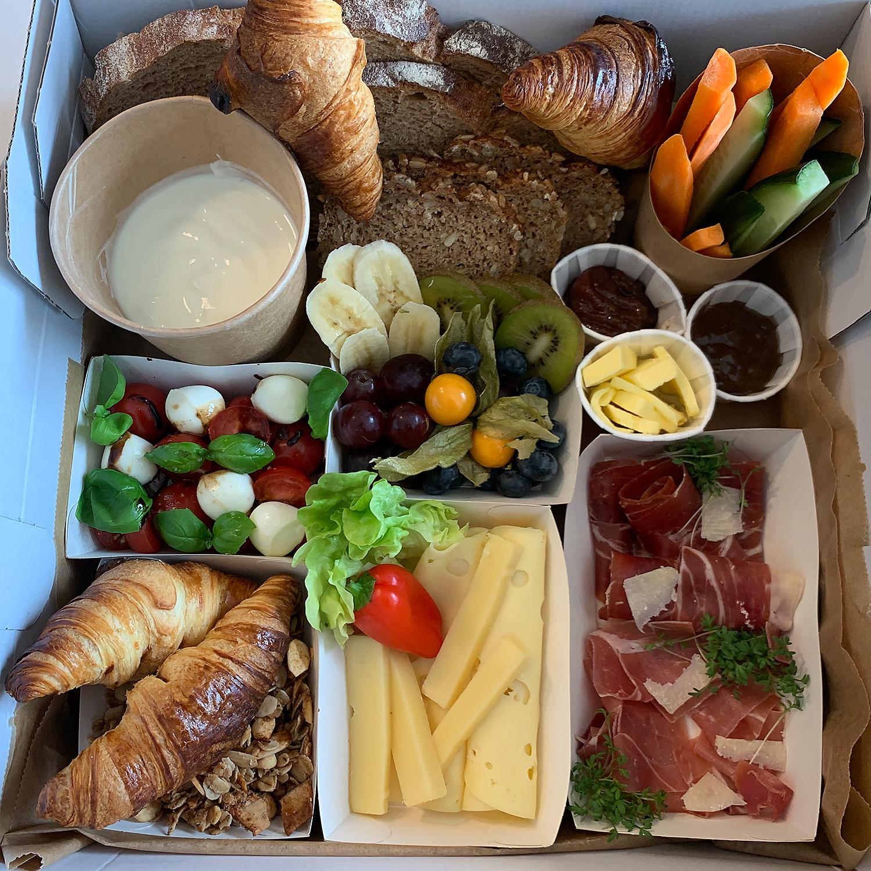 Fruehtuecksbox-Kaese-Serano-Schinken-Croissant-Obst-Muesli